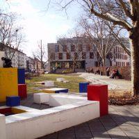 Stresemannplatz mit Spielplatz: Beton-Elemente und Wasserlauf im Zick-Zick-Kurs; Foto P. Frank.